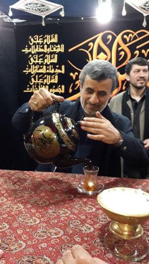 احمدی نژاد در حال ریختن چای