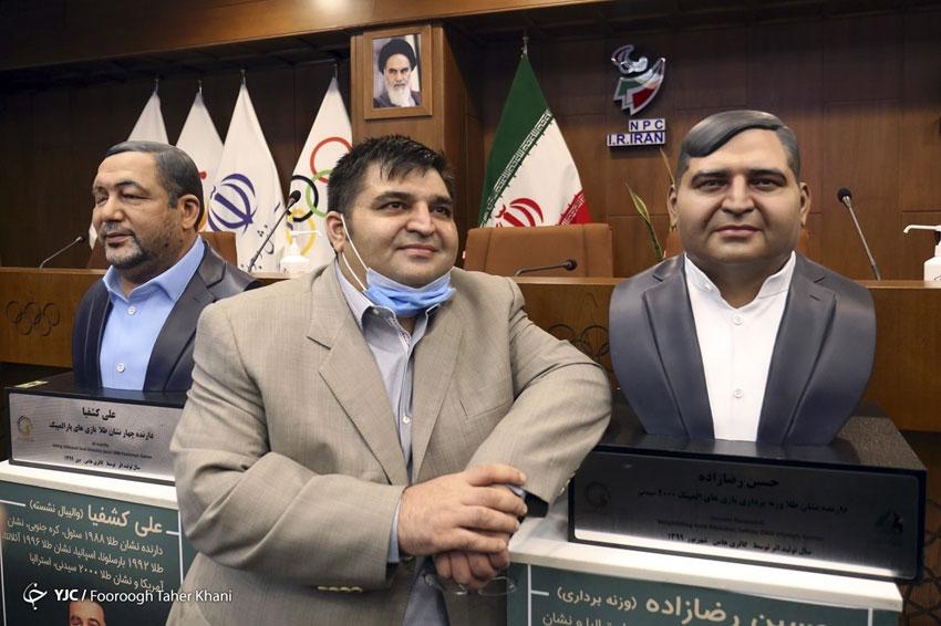 حسین رضا زاده در کنار تندیس خود، در مراسم رونمایی از تندس 6تن از ورزشکاران ایرانی