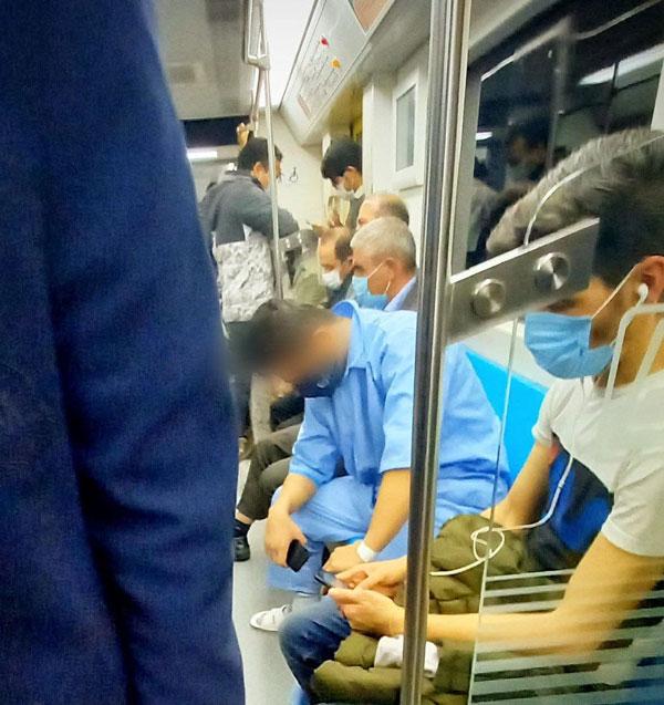 فردی با لباس بیمارستان در مترو تهران