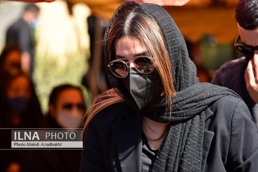 سحر دولتشاهی در مراسم تشییع پیکر عزت الله مهر آوران